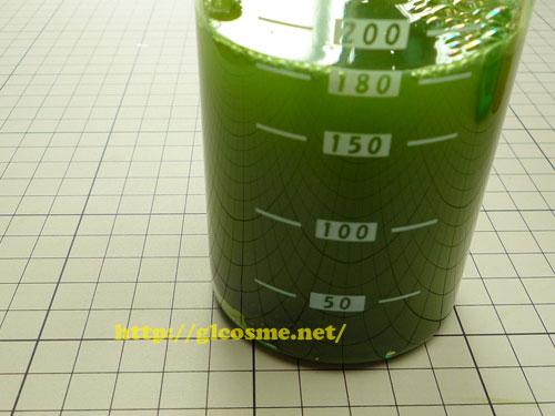 お茶村の桑抹茶青汁専用ボトルに水を入れる